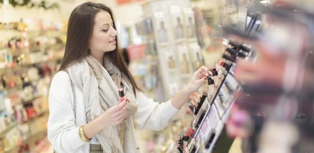 mulher-compras-batom-farmacia-prateleira-1395353909866_615x300